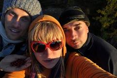Γυναίκα ομορφιάς και δύο άνδρες υπαίθριοι Στοκ Φωτογραφία