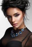Γυναίκα ομορφιάς με τέλειες ζωηρόχρωμες Makeup και την πολυτέλεια accessorie Στοκ Εικόνες