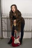 Γυναίκα ομορφιάς με την κιθάρα στοκ εικόνες με δικαίωμα ελεύθερης χρήσης