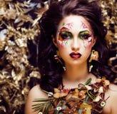 Γυναίκα ομορφιάς με την τέχνη και το κόσμημα προσώπου από τα clos ορχιδεών λουλουδιών Στοκ φωτογραφία με δικαίωμα ελεύθερης χρήσης