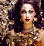 Γυναίκα ομορφιάς με την τέχνη και το κόσμημα προσώπου από τα clos ορχιδεών λουλουδιών Στοκ εικόνες με δικαίωμα ελεύθερης χρήσης