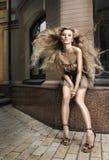 Γυναίκα ομορφιάς με τη μακριά ξανθή τρίχα και το κοντό φόρεμα Στοκ φωτογραφία με δικαίωμα ελεύθερης χρήσης