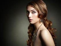 Γυναίκα ομορφιάς με τη μακριά σγουρή τρίχα Όμορφο κορίτσι με το κομψό χ στοκ εικόνες με δικαίωμα ελεύθερης χρήσης