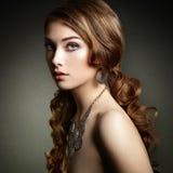 Γυναίκα ομορφιάς με τη μακριά σγουρή τρίχα Όμορφο κορίτσι με το κομψό χ στοκ εικόνες