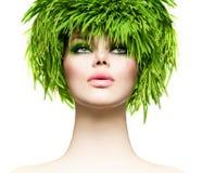 Γυναίκα ομορφιάς με τη φρέσκια πράσινη τρίχα χλόης