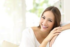 Γυναίκα ομορφιάς με το άσπρο χαμόγελο στο σπίτι