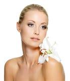 Γυναίκα ομορφιάς με το λουλούδι στον ώμο Στοκ Εικόνες