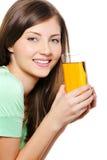Γυναίκα ομορφιάς με το ποτήρι ενός χυμού μήλων Στοκ φωτογραφία με δικαίωμα ελεύθερης χρήσης