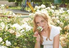 Γυναίκα ομορφιάς λουλουδιών Στοκ Φωτογραφία