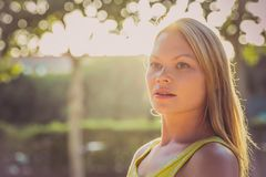 Γυναίκα ομορφιάς που απολαμβάνει υπαίθρια τη φύση καυτό καλοκαίρι ημέρας Πορτρέτο κοριτσιών ηλιοφάνειας στοκ εικόνες με δικαίωμα ελεύθερης χρήσης