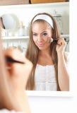 Γυναίκα ομορφιάς που βάζει bronzer στο μάγουλό της στοκ εικόνες με δικαίωμα ελεύθερης χρήσης