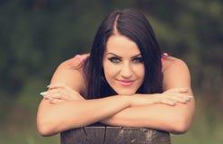 Γυναίκα ομορφιάς που στηρίζεται στο πάρκο Στοκ Εικόνες