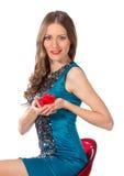 Γυναίκα ομορφιάς σε μια καρέκλα φραγμών σε ένα μπλε φόρεμα Στοκ εικόνα με δικαίωμα ελεύθερης χρήσης
