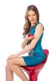 Γυναίκα ομορφιάς σε μια καρέκλα φραγμών σε ένα μπλε φόρεμα Στοκ Εικόνα