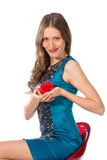 Γυναίκα ομορφιάς σε μια καρέκλα φραγμών σε ένα μπλε φόρεμα Στοκ Εικόνες
