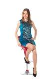 Γυναίκα ομορφιάς σε μια καρέκλα φραγμών σε ένα μπλε φόρεμα Στοκ φωτογραφία με δικαίωμα ελεύθερης χρήσης