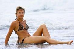 Γυναίκα ομορφιάς στην παραλία Στοκ Φωτογραφίες