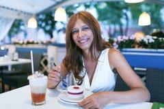 Γυναίκα ομορφιάς στον καφέ Στοκ Φωτογραφίες