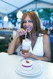 Γυναίκα ομορφιάς στον καφέ Στοκ Φωτογραφία