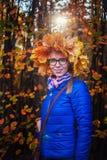 Γυναίκα ομορφιάς στο πάρκο φθινοπώρου Στοκ Φωτογραφίες