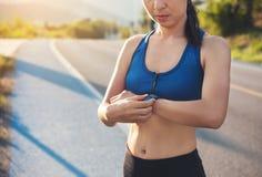 Γυναίκα ομορφιάς jogger έτοιμη να τρέξει το σύνολο και την εξέταση τον αθλητισμό έξυπνος Στοκ Φωτογραφία