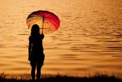 γυναίκα ομπρελών ηλιοβασιλέματος σκιαγραφιών Στοκ Φωτογραφία