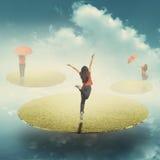 Γυναίκα ομπρελών που πηδά Relax του τομέα χλόης που επιπλέει στο μπλε ουρανό Στοκ φωτογραφίες με δικαίωμα ελεύθερης χρήσης