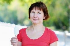 γυναίκα πάγου εκμετάλλ&epsi Στοκ φωτογραφίες με δικαίωμα ελεύθερης χρήσης