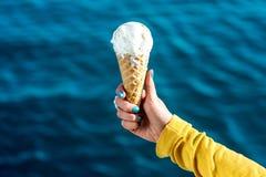 γυναίκα πάγου κρέμας Στοκ φωτογραφία με δικαίωμα ελεύθερης χρήσης