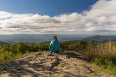 Γυναίκα πέρα από να φανεί τα μπλε βουνά κορυφογραμμών μετά από να φθάσει στο π Στοκ Εικόνες