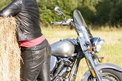 Γυναίκα πίσω από κοντά στο δέμα της ηλιόλουστης ημέρας αχύρου στοκ εικόνα με δικαίωμα ελεύθερης χρήσης