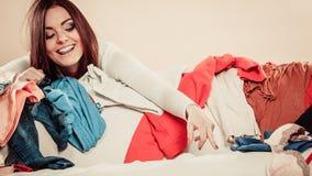Γυναίκα πίσω από το σύνολο καναπέδων των ενδυμάτων με τον τεντωμένο βραχίονα Στοκ Εικόνα