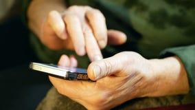 Γυναίκα παλαιών χεριών Smartphone απόθεμα βίντεο