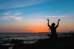 Γυναίκα περισυλλογής σκιαγραφιών γιόγκας στον ωκεανό Στοκ εικόνες με δικαίωμα ελεύθερης χρήσης