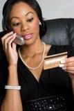 γυναίκα πιστωτικών τηλεφώνων καρτών Στοκ φωτογραφία με δικαίωμα ελεύθερης χρήσης