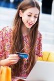 γυναίκα πιστωτικών lap-top καρτώ& στοκ εικόνες