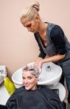 γυναίκα πλύσης στιλίστων &t Στοκ Εικόνα