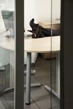 γυναίκα ποδιών γραφείων Στοκ Φωτογραφίες