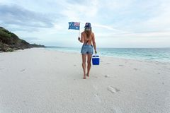 Γυναίκα πολιτισμού παραλιών Aussie που περπατά στην παραλία με esky στοκ φωτογραφίες με δικαίωμα ελεύθερης χρήσης