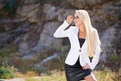 γυναίκα πορτρέτου επιχειρησιακών γυαλιών υπαίθρια στοκ εικόνα με δικαίωμα ελεύθερης χρήσης