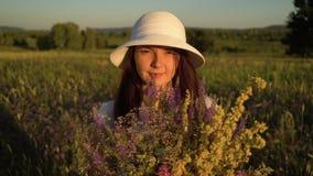 Γυναίκα πορτρέτου με την ανθοδέσμη των λουλουδιών τομέων απόθεμα βίντεο
