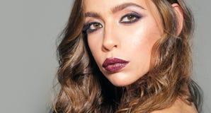 γυναίκα πορτρέτου μόδας κορίτσι μόδας με τη γοητεία makeup Σαλόνι και κομμωτής ομορφιάς γυναίκα με τη μόδα makeup και στοκ εικόνες με δικαίωμα ελεύθερης χρήσης