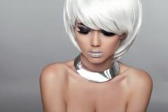 Γυναίκα πορτρέτου ομορφιάς μόδας. Άσπρη κοντή τρίχα. Όμορφο Girl Στοκ Φωτογραφία