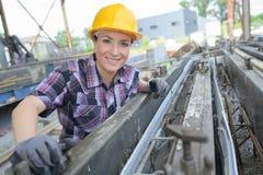 Γυναίκα πορτρέτου στο εργοτάξιο οικοδομής στοκ φωτογραφία με δικαίωμα ελεύθερης χρήσης
