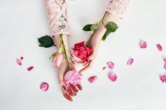 Γυναίκα πορτρέτου τέχνης μόδας στο θερινό φόρεμα και λουλούδια στο χέρι της με μια φωτεινή αντιπαράθεση makeup Δημιουργικά κορίτσ στοκ εικόνα με δικαίωμα ελεύθερης χρήσης