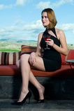 Γυναίκα που έχει ένα οινοπνευματώδες ποτό martini Στοκ Φωτογραφίες