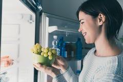Γυναίκα που έχει ένα υγιές πρόχειρο φαγητό Στοκ Φωτογραφίες
