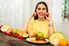 Γυναίκα που έχει μια διατροφή φρούτων με τα διάφορα φρούτα στοκ εικόνες