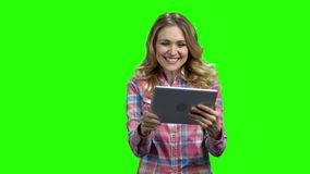 Γυναίκα που έχει μια τηλεοπτική κλήση στην πράσινη οθόνη απόθεμα βίντεο