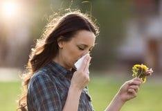 Γυναίκα που έχει τα συμπτώματα της αλλεργίας γύρης άνοιξη Στοκ φωτογραφία με δικαίωμα ελεύθερης χρήσης